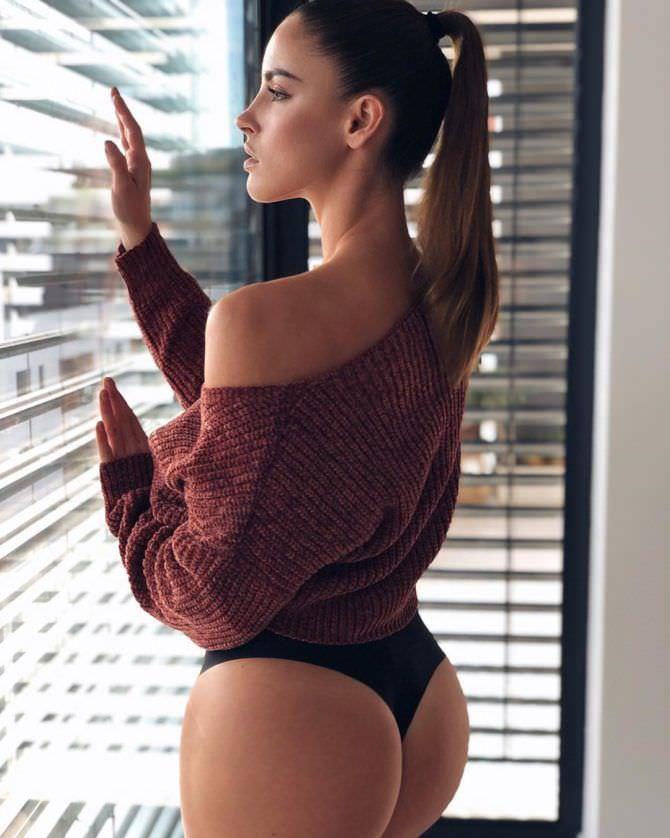 Люсия Яворчекова фото в красной кофте