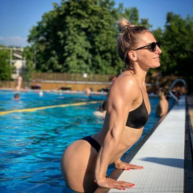 Александра Албу фото в бикини в бассейне