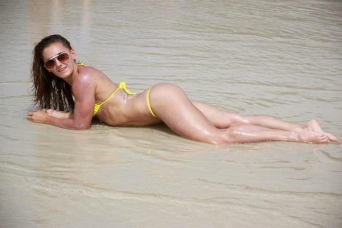 Александра Албу фото в бикини на песке