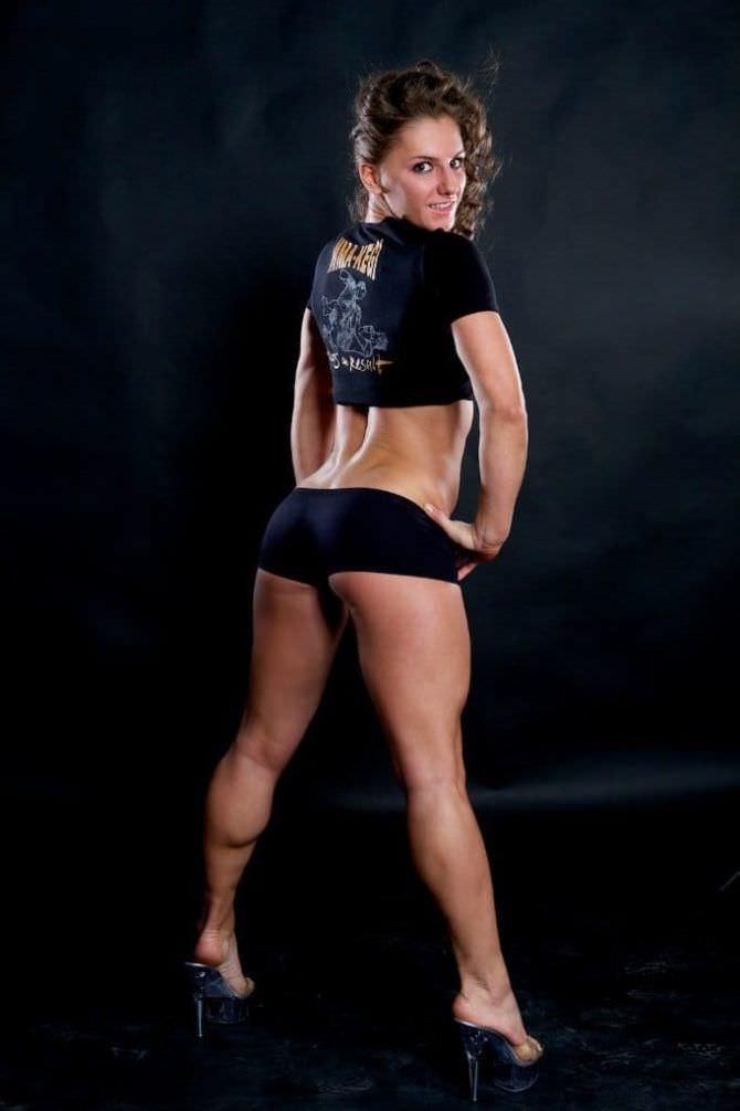 Александра Албу фото в коротких шортах