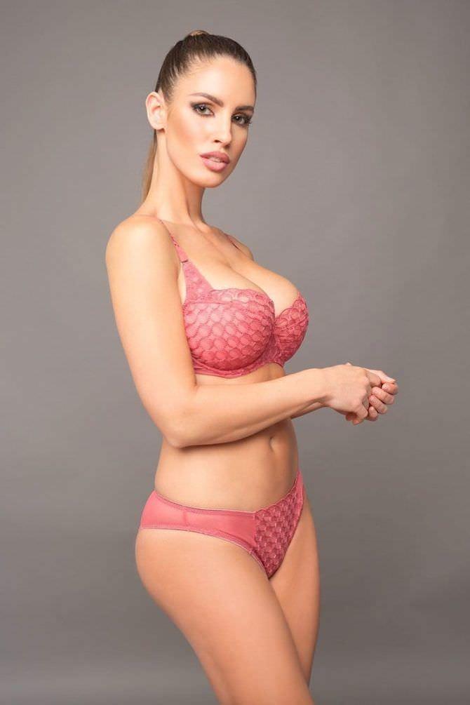 Люсия Яворчекова фото в розовом комплекте