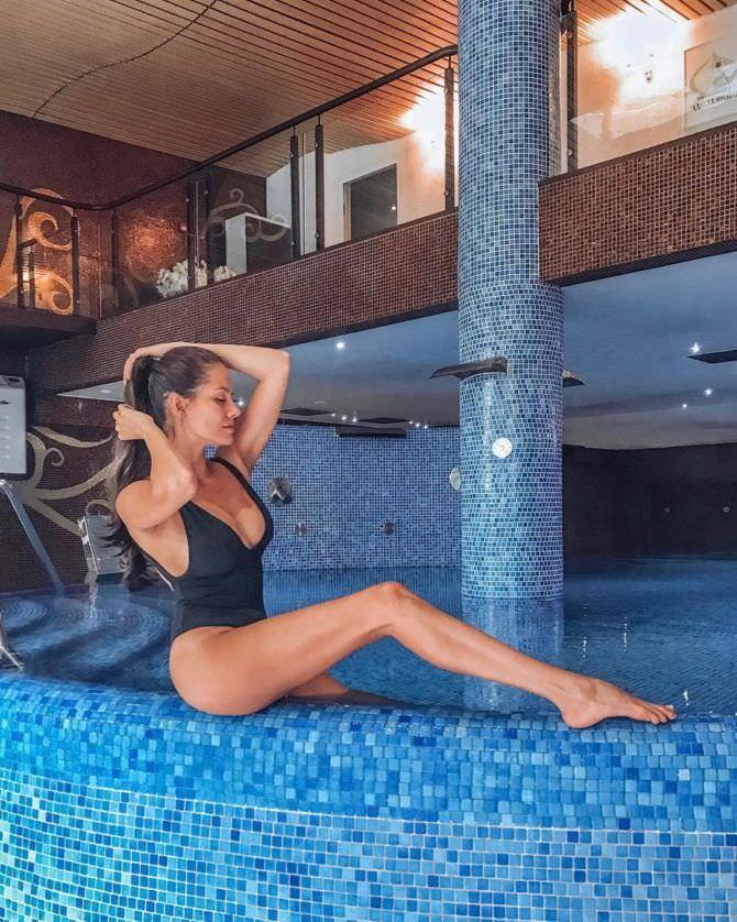 Татьяна Высоцкая фотография на краю бассейна