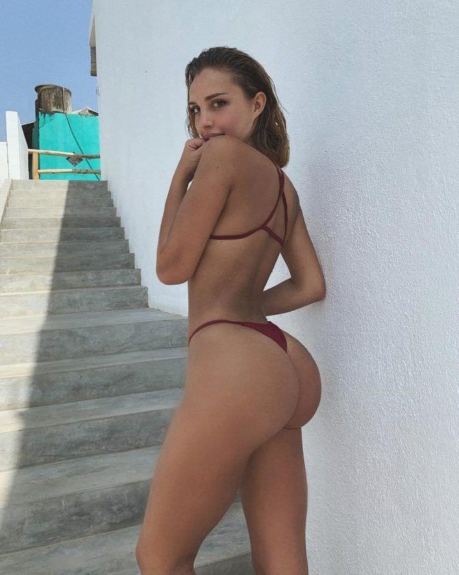 Вероника Белик фото рядом с лестницей