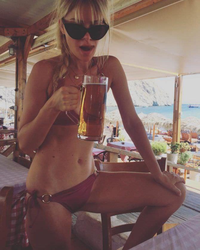 Анита Брием фотография с кружкой пива