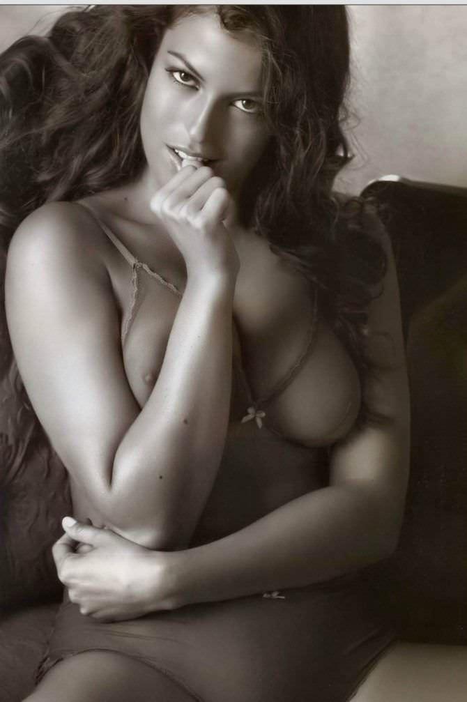 Сара Томмази откровенное чёрно-белое фото
