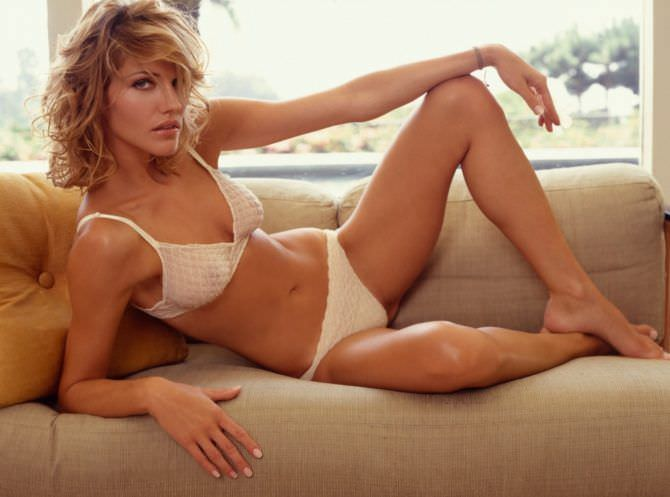 Триша Хелфер фотография в белье на диване