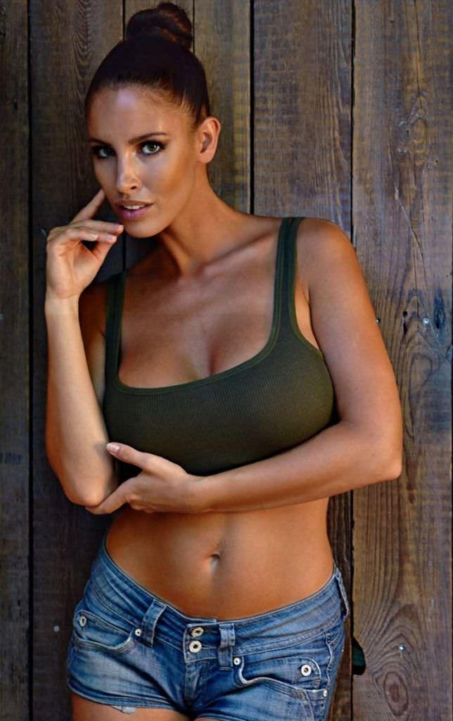 Люсия Яворчекова фото в зелёном топе