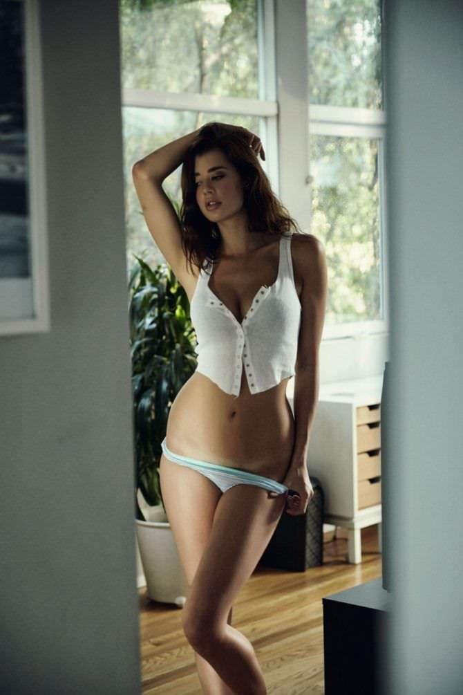 Сара Макдэниэл фотосессия в комнате в нижнем белье