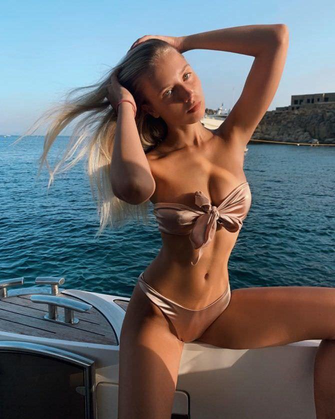 Полина Малиновская фото в бежевом бикини