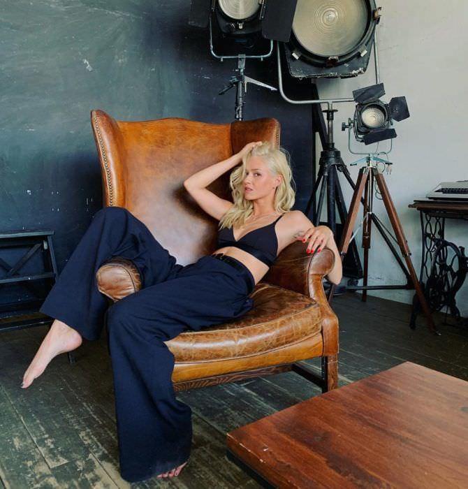 Иева Андреевайте фото в брюках на кресле
