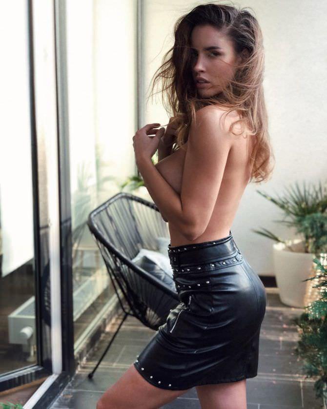 Люсия Яворчекова фото в кожаной юбке