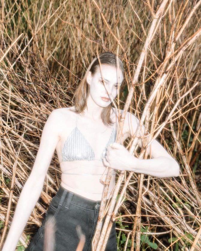 Изабель Эйдлен фотосессия с ветками в бикини