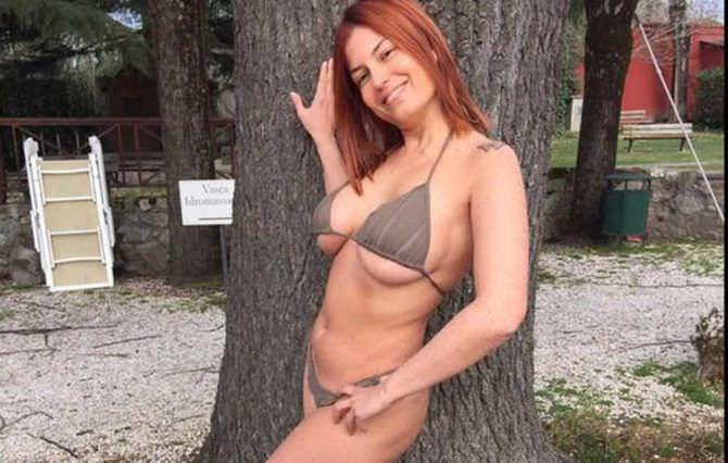 Сара Томмази фото в коричневом купальнике