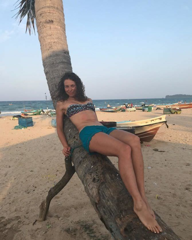 Марина Казанкова фото на пляже с пальмой