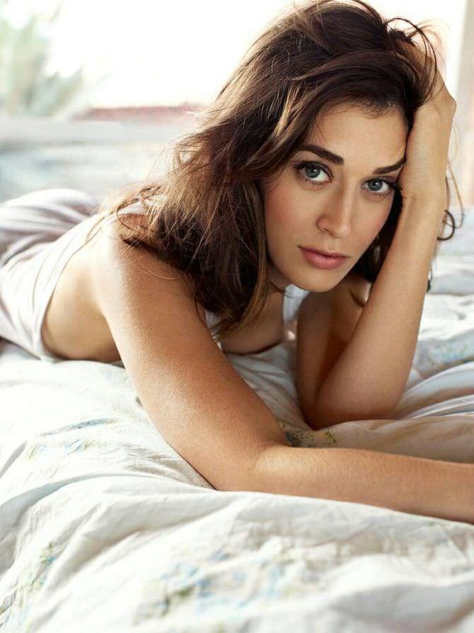 Лиззи Каплан фото на застеленной кровати