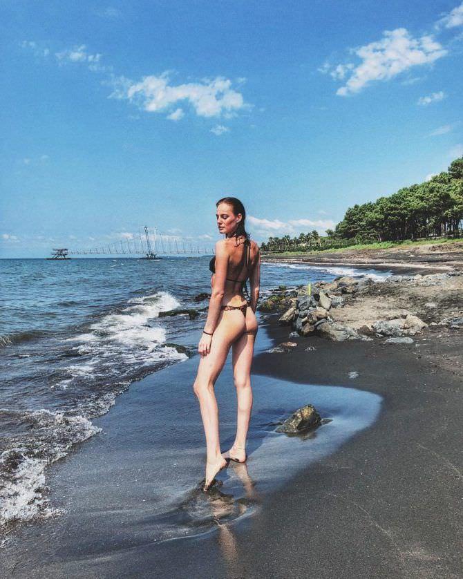 Изабель Эйдлен фотография на пляже в бикини