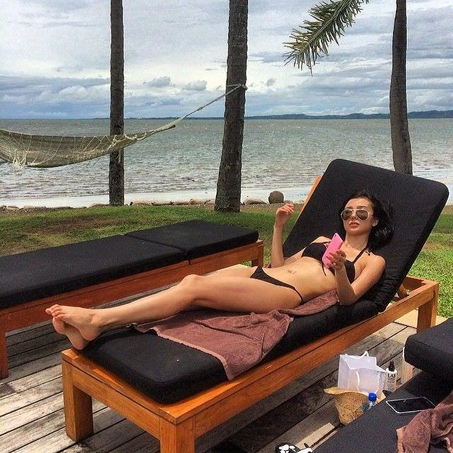 Яо Синтун фото в бикини на лежаке