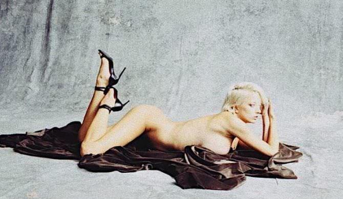 Кэролин Врилэнд фото на покрывале без одежды