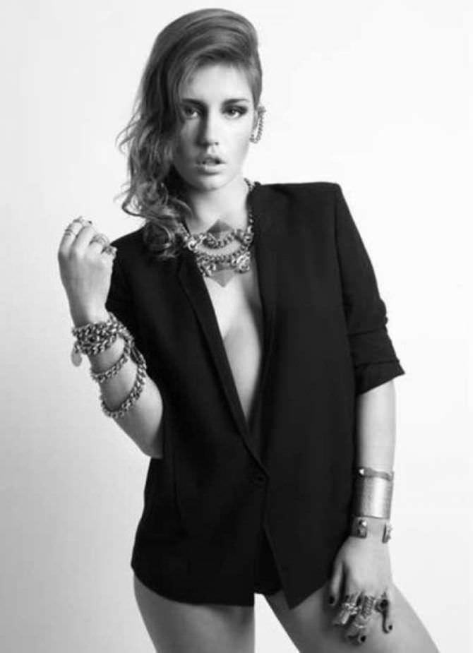 Адель Экзаркопулос фото в чёрном пиджаке