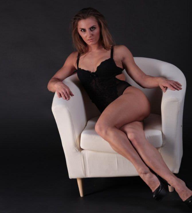 Александра Албу фотосессия на белом кресле