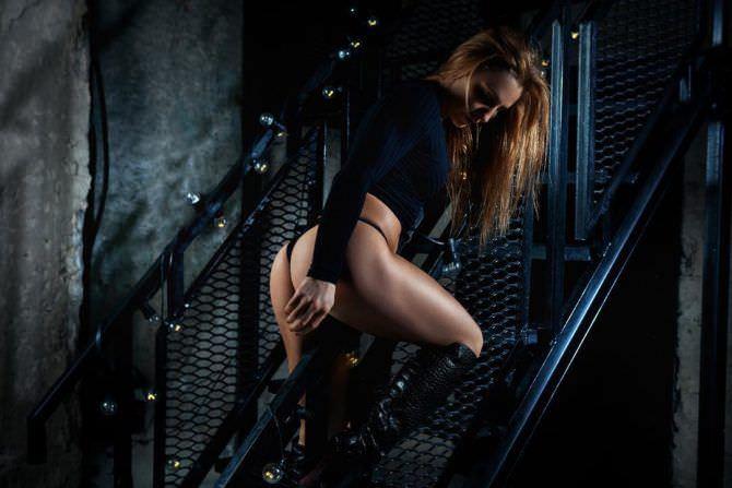 Александра Албу фотография в кофте и трусах