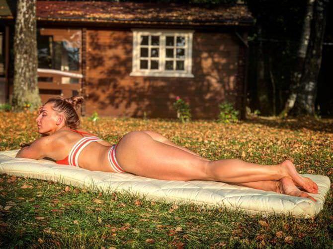 Александра Албу фото в бикини на лужайке