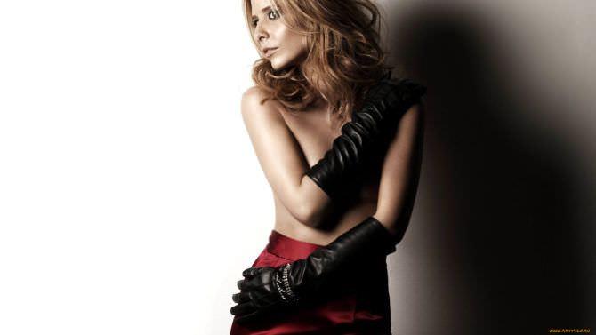 Сара Мишель Геллар фотосессия в юбке и перчатках