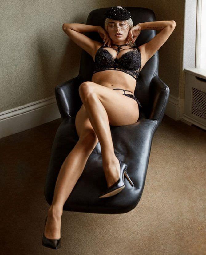 Кэролин Врилэнд фотография на кожаном кресле
