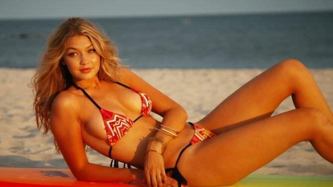 Джиджи Хадид фото в красном купальнике