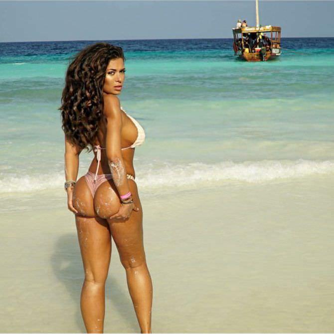 Тучи Кэш фото на пляже с лодкой