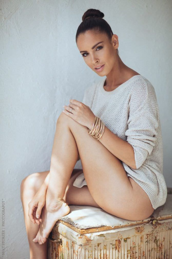 Люсия Яворчекова фото в белом свитере