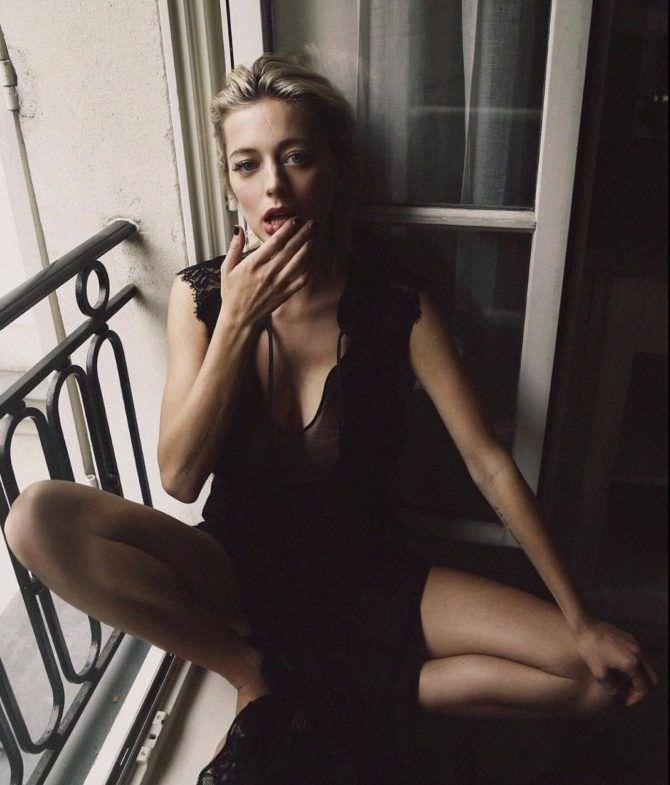 Кэролин Врилэнд фото на балконе в белье