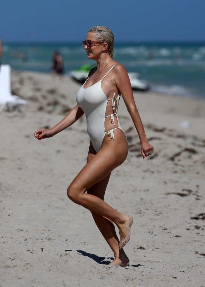 Кэролин Врилэнд фото в купальнике на пляже