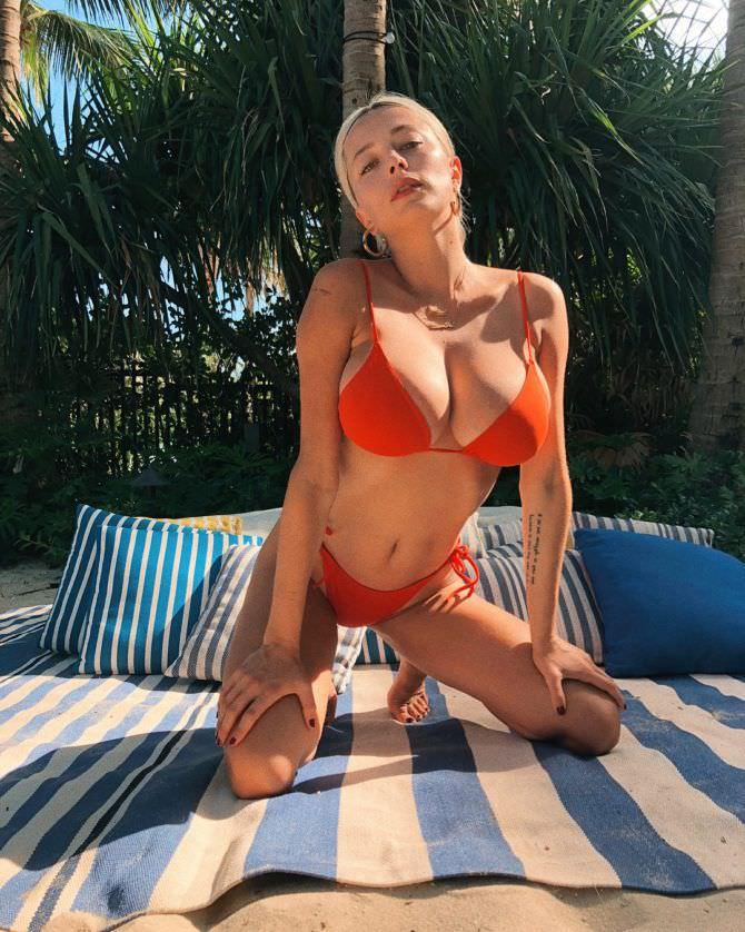 Кэролин Врилэнд фотография в красном бикини