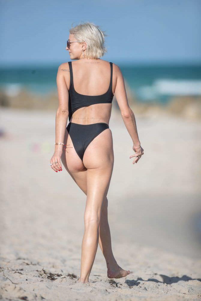 Кэролин Врилэнд фотография в бикини со спины