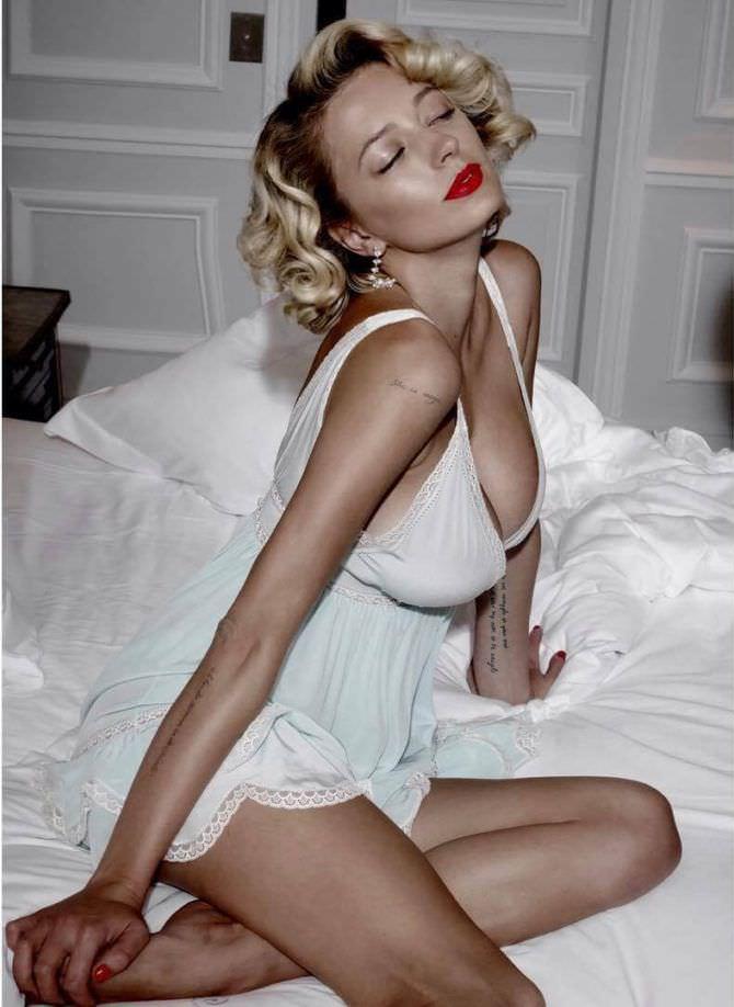 Кэролин Врилэнд фото в ночной сорочке