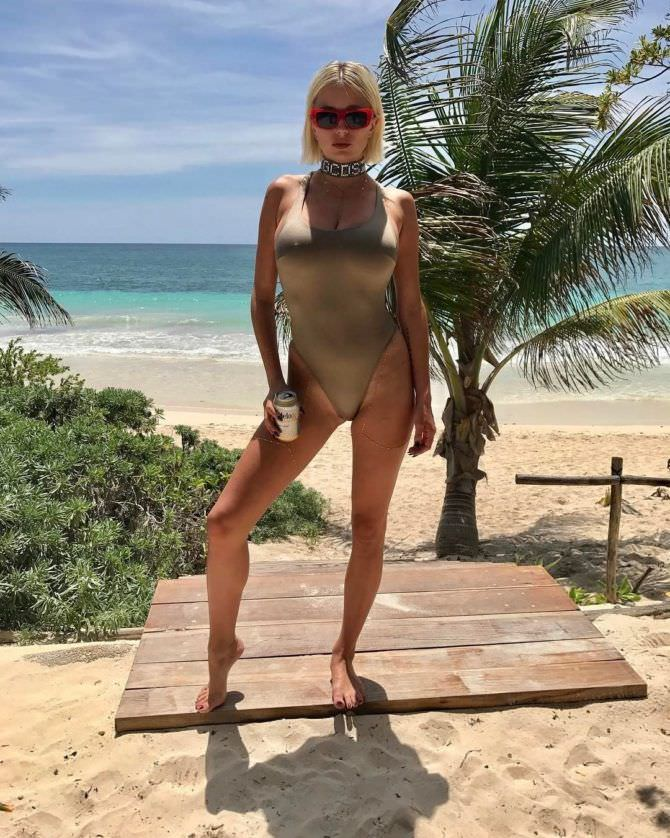 Кэролин Врилэнд фото в бежевом купальнике