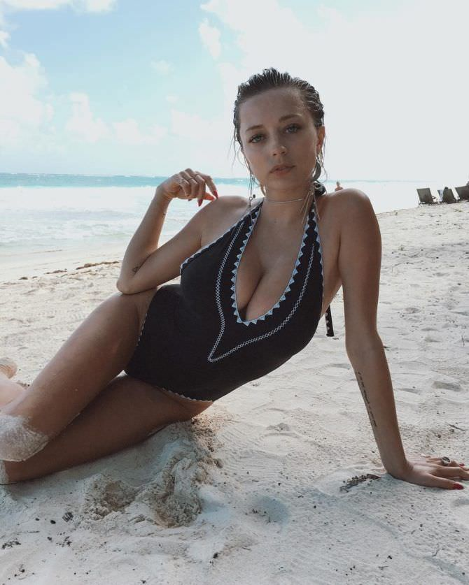 Кэролин Врилэнд фото в купальнике на песке