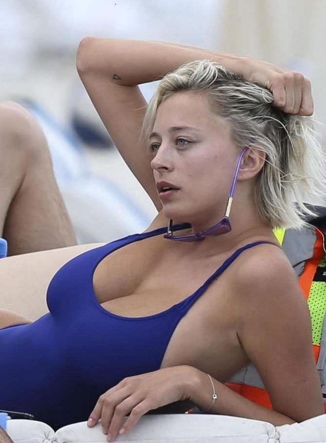 Кэролин Врилэнд фото в синем купальнике