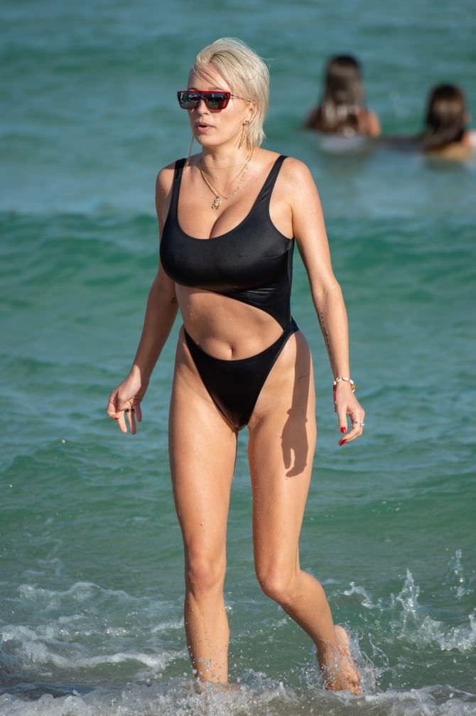 Кэролин Врилэнд фото в чёрном купальнике в море