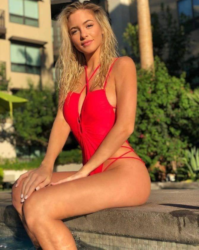 Ханна Палмер фотография в красивом красном купальнике