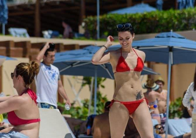 Джейми Александер фотография в бикини на пляже