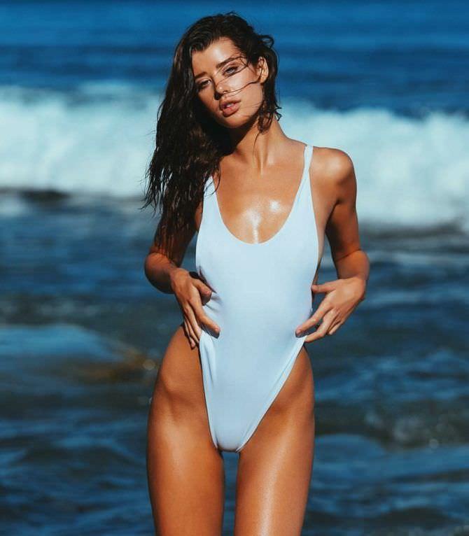 Сара Макдэниэл фото в купальнике на фоне волн