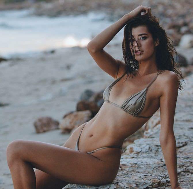 Сара Макдэниэл фотография в бикини на песчаном пляже