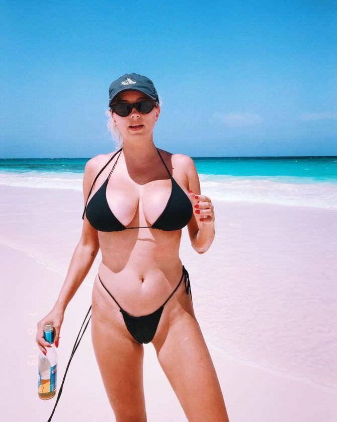 Кэролин Врилэнд фото в кепке на пляже