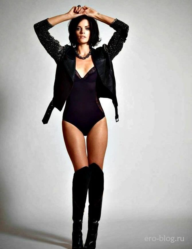 Джейми Александер фотосессия в чёрной курткке