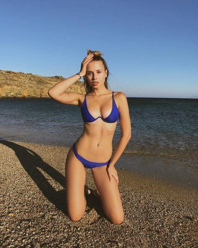 Полина Малиновская фотография в синем бикини