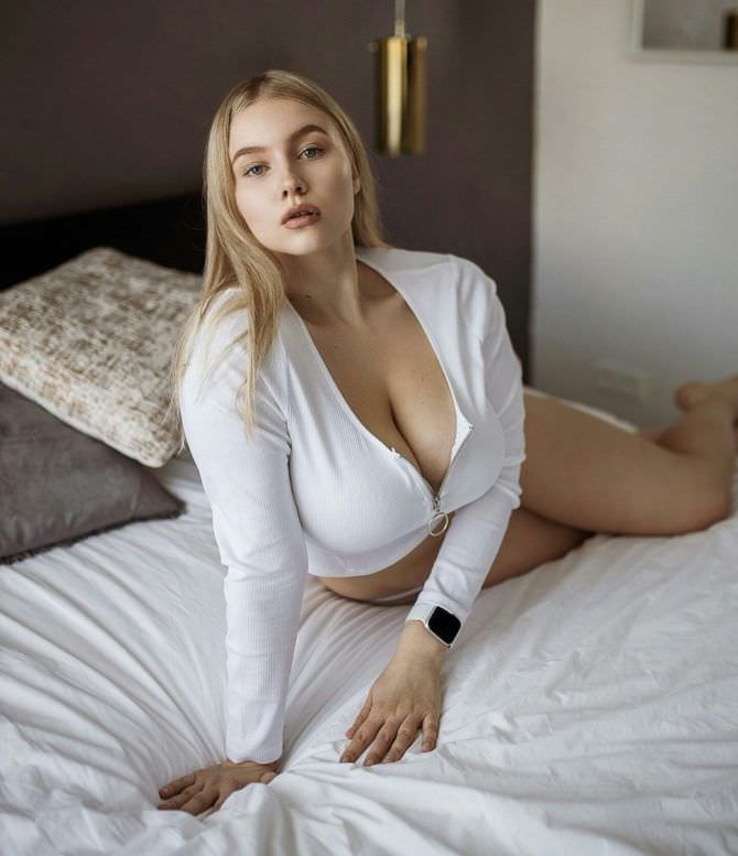 Прасковья Позднякова фото в белой кофте на кровати