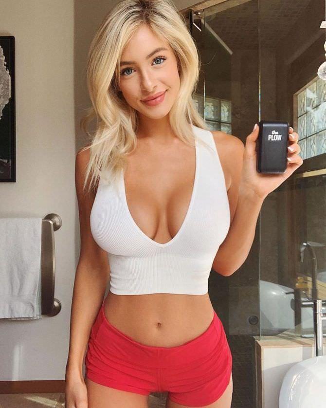 Ханна Палмер фото в белом топе и красных шортах
