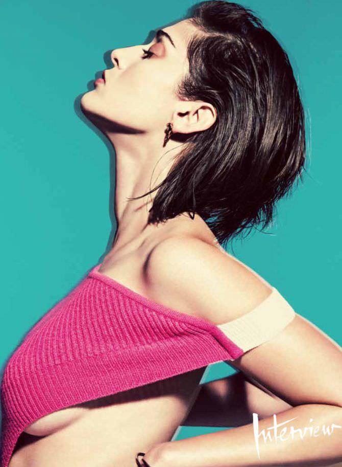 Лиззи Каплан фотография в розовом топе